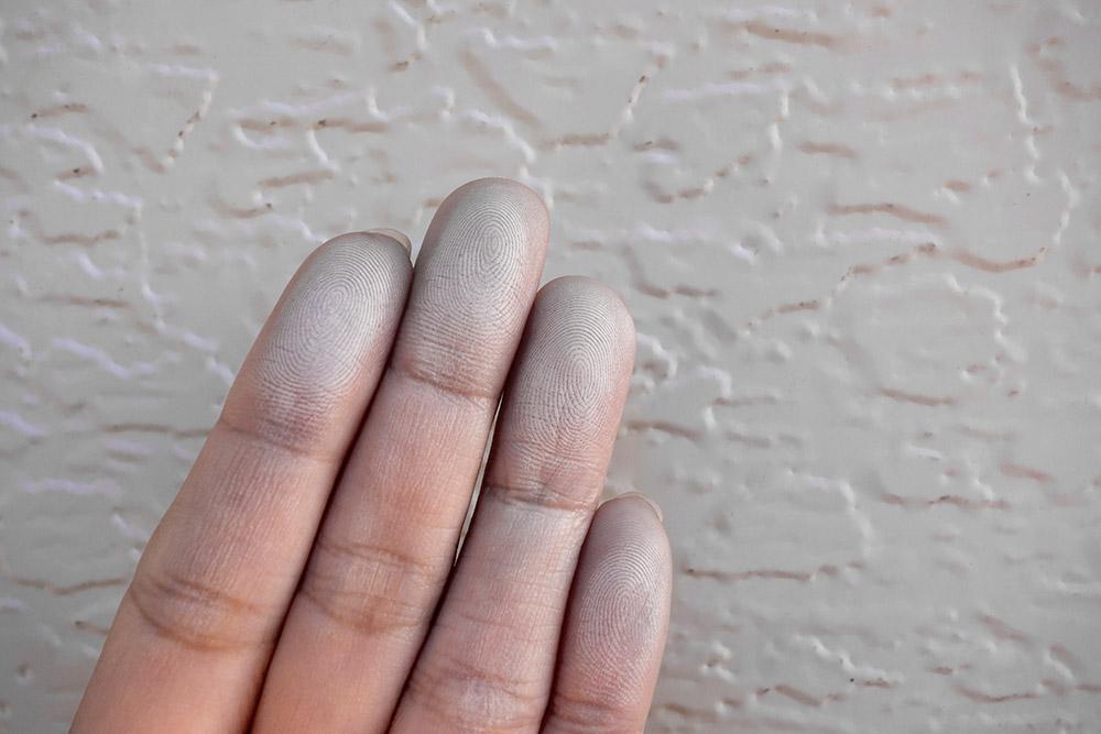 壁を触ると手に白い粉がつくチョーキング